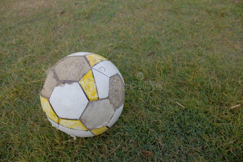 Vuile voetbalvoetbal stock foto