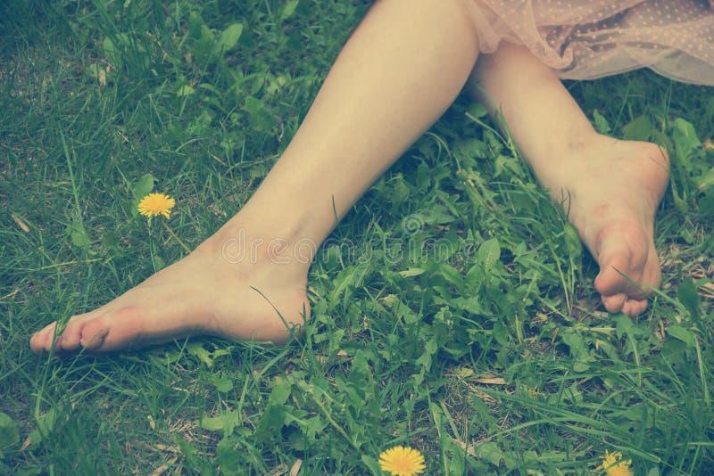 Vuile voeten en tenen van het meisje stock afbeeldingen