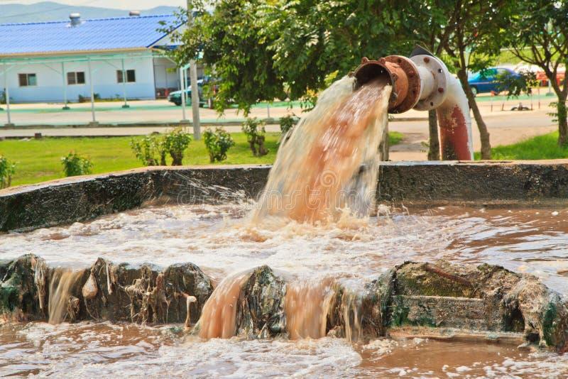 Vuile waterstromen van een pijp. stock afbeelding