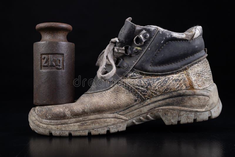 Vuile werkschoen en 2 kg gewicht Gebruikte crush-bestendige schoenen voor productiewerkers stock afbeeldingen