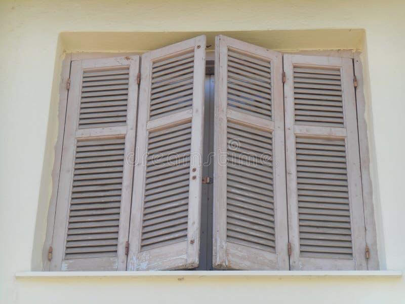 Vuile witte mengsels op venster stock foto's