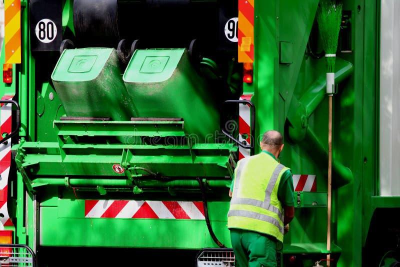 Vuilnisauto en arbeider stock afbeelding