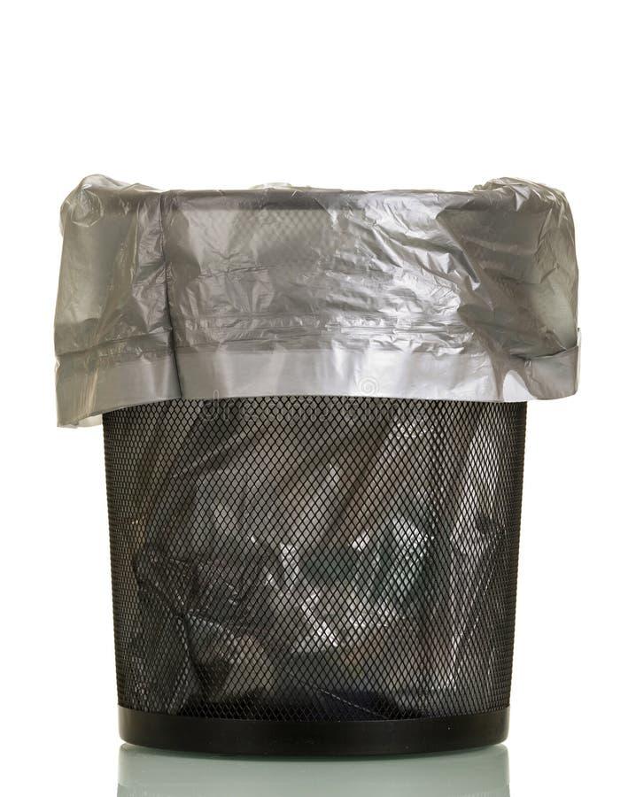 Vuilnisbak met beschikbaar die pakket op wit wordt geïsoleerd stock fotografie