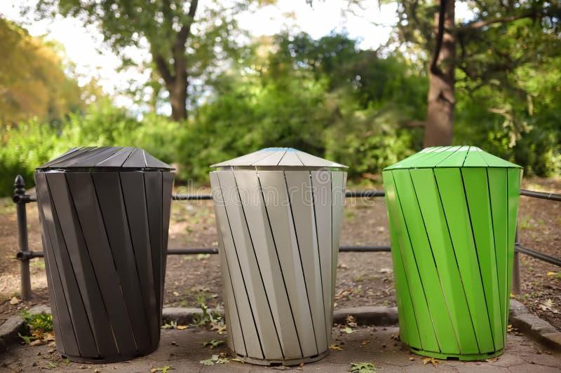 Vuilnisbakken voor afzonderlijk recyclingshuisvuil in openbaar park Ecologie, recycling, bescherming van aardconcepten stock foto