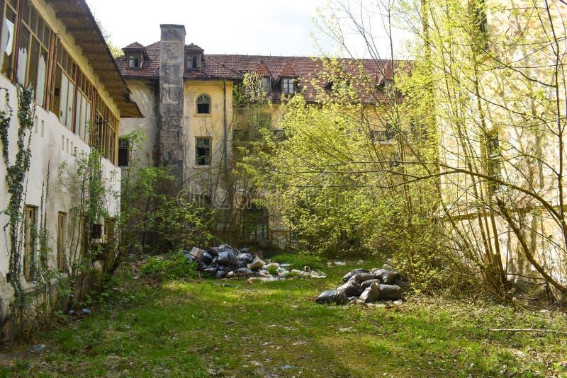 Vuilniszakken verlaten in de verlaten buurt stock foto's