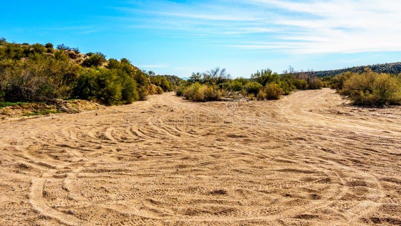 Vuilslepen door de Dwarsfietsen van het Land in het Semi Woestijnlandschap worden gebruikt van Arizona dat stock foto's
