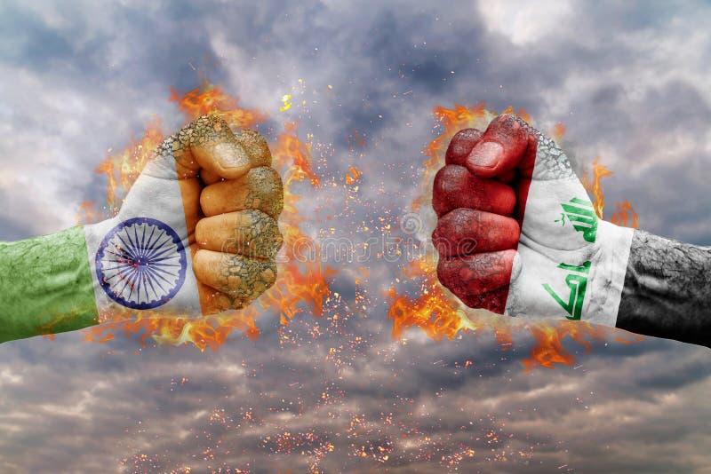 Vuist twee met de vlag van India en Irak bij elkaar onder ogen die wordt gezien die vector illustratie