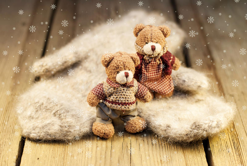 Vuisthandschoenen en Teddybeer op houten achtergrond stock afbeeldingen