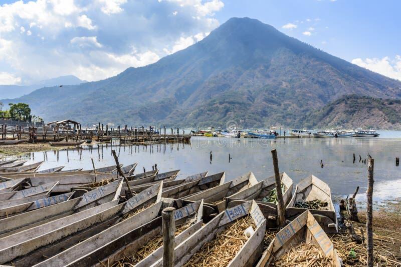 Vulcão & barcos tradicionais pela beira do lago, Santiago Atitlan, lago Atitlan, Guatemala imagens de stock royalty free