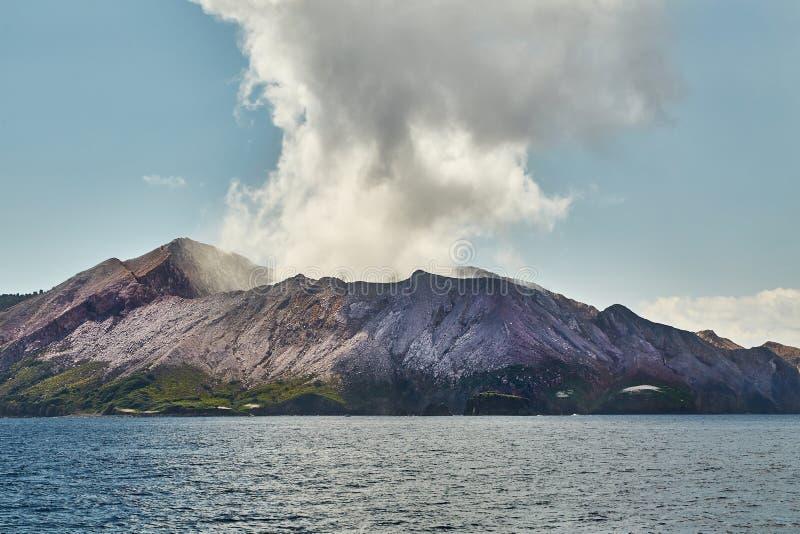 Vulcão branco da ilha imagens de stock royalty free