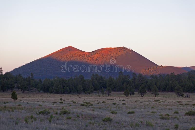 Vulcão da cratera do por do sol foto de stock royalty free