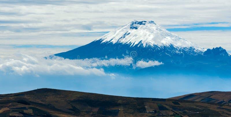 Vulcão de Cotopaxi sobre o platô em Equador fotografia de stock