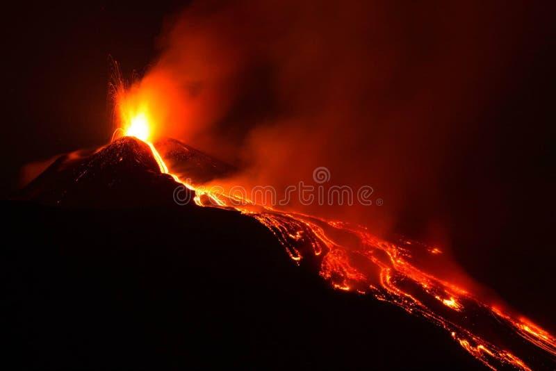 Vulcão de Etna que entra em erupção com explosão e fluxo de lava imagem de stock