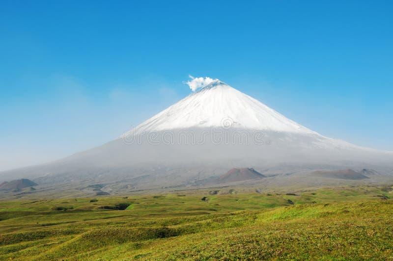 Vulcão de Klyuchevskaya Sopka em um dia ensolarado foto de stock