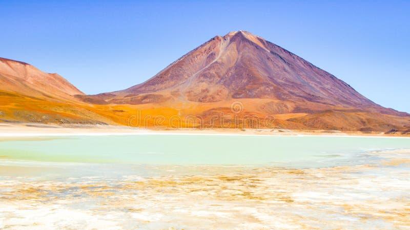 Vulcão de Licancabur e lagoa verde, Lagune Verde, beira entre o Chile e Bolívia, Ámérica do Sul imagem de stock royalty free