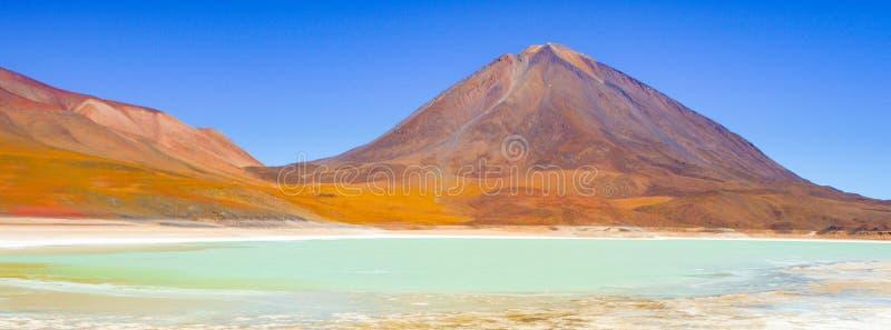 Vulcão de Licancabur e lagoa verde, Lagune Verde, beira entre o Chile e Bolívia, Ámérica do Sul imagens de stock
