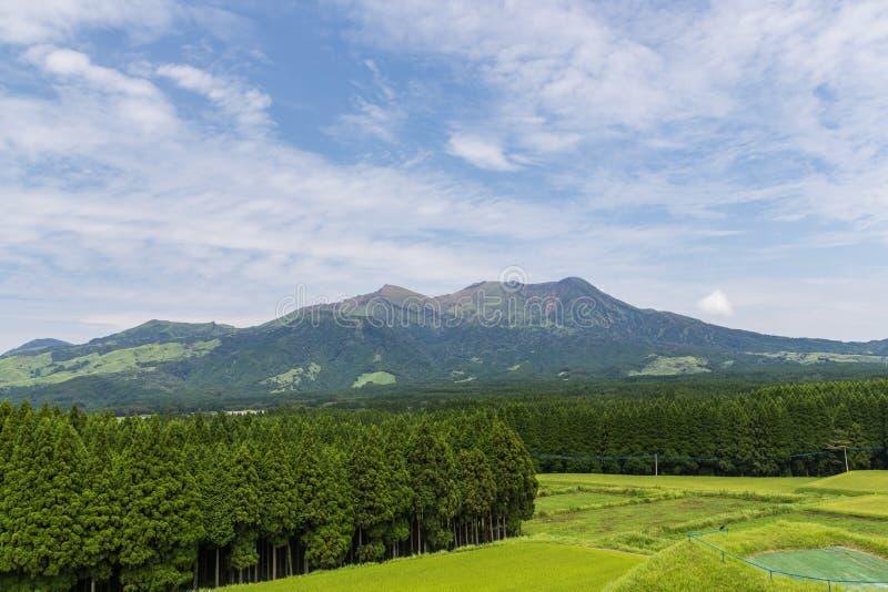 Vulcão de Mount Aso e campo verde em Kumamoto, Japão imagens de stock royalty free
