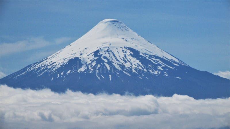 Vulcão de Osorno sobre as nuvens foto de stock royalty free