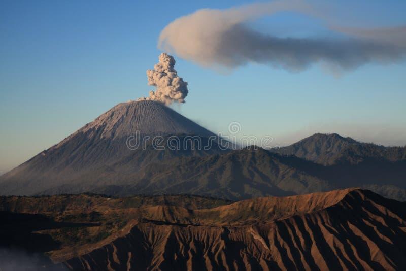 Vulcão de Semeru em Java, Indonésia foto de stock royalty free