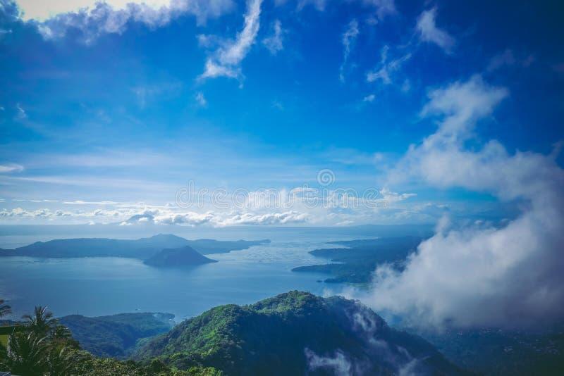 Vulcão de Taal igualmente conhecido como o vulcão da década foto de stock royalty free