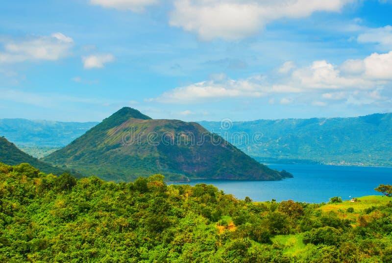 Vulcão de Taal na ilha de Luzon ao norte de Manila, Filipinas fotografia de stock royalty free