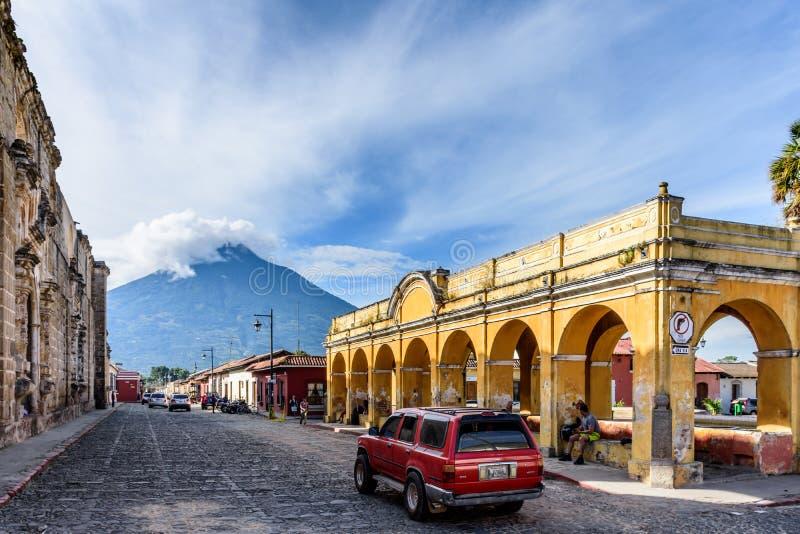 Vulcão de Tanque de la União & de água, Antígua, Guatemala foto de stock