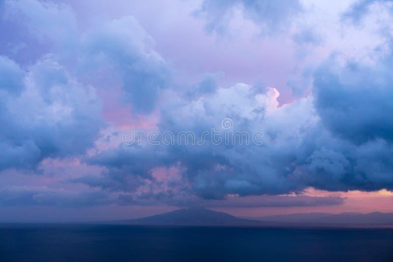 Vulcão de Vesuvio com vermelho bonito do nascer do sol e céu da nuvem no imagens de stock royalty free