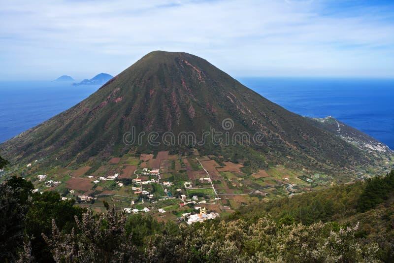 Vulcão eólio italiano da montanha das ilhas em Sicília foto de stock