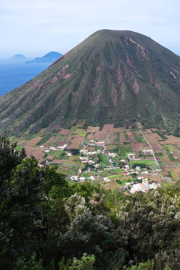 Vulcão eólio italiano Sicília da montanha das ilhas imagens de stock