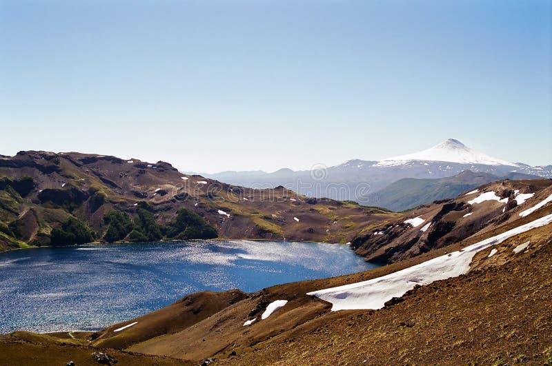 Vulcão e lago foto de stock royalty free