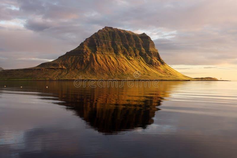 Vulcão extinto em Islândia. Montagem Kirkjufell fotos de stock royalty free