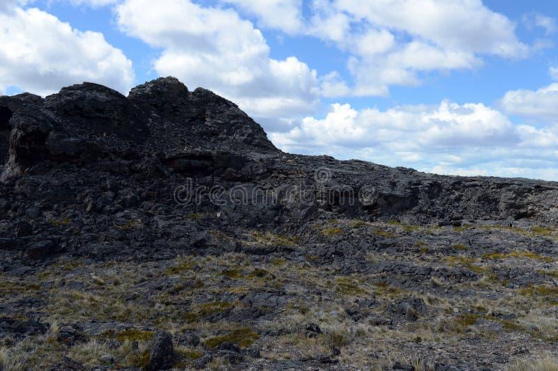 Vulcão extinto o domicílio do diabo no parque nacional Pali Aike no sul do Chile imagens de stock