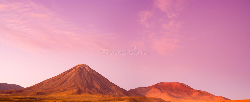 Vulcão no por do sol, San Pedro de Atacama de Licancabur, deserto de Atacama, o Chile foto de stock royalty free