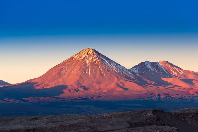Vulcão no por do sol, San Pedro de Atacama de Licancabur fotografia de stock royalty free