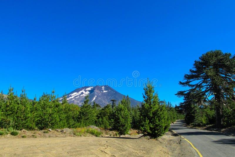 Vulcão perto da estrada asfaltada no Chile imagens de stock royalty free