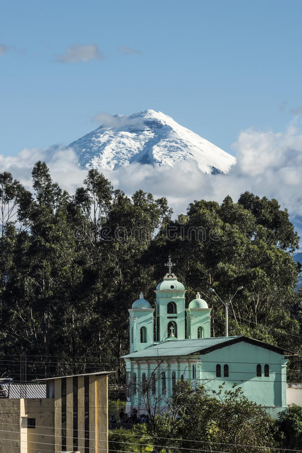 Vulcão sobre a igreja de San Jaloma, Andes de Cotopaxi fotografia de stock