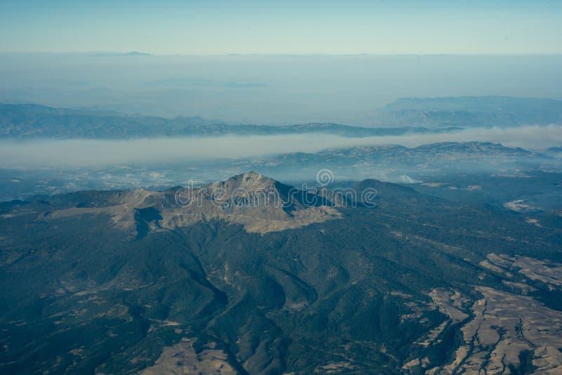 Vulcão velho cercado por mais forrest no vview agradável incrível de México imagem de stock