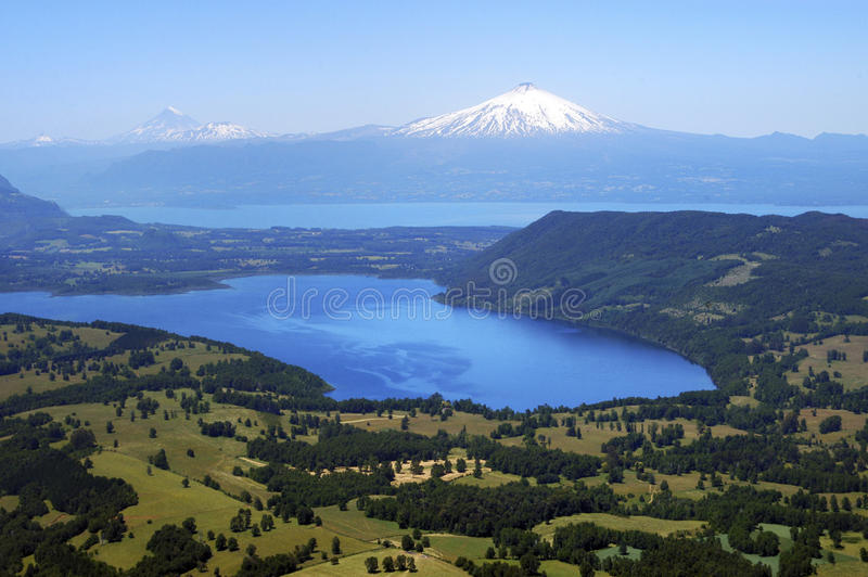 Vulcões de Llaima e de Villarrica e lago Villarrica, o Chile foto de stock