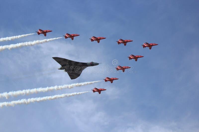 Vulcan-Bomber und rote Pfeile lizenzfreie stockfotografie