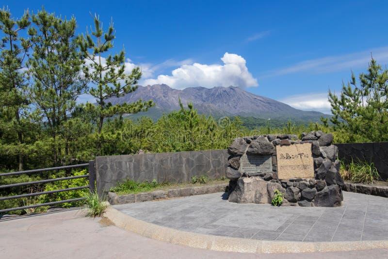Vulcan entrado em erupção Sakurajima coberto pela paisagem verde Tomado da vigia do ponto de observação de Karasujima Localizado  foto de stock royalty free