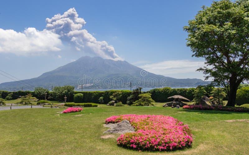 Vulcan entrado em erupção Sakurajima coberto pela paisagem verde Tomado do jardim Sengan-en maravilhoso Localizado em Kagoshima,  imagem de stock royalty free