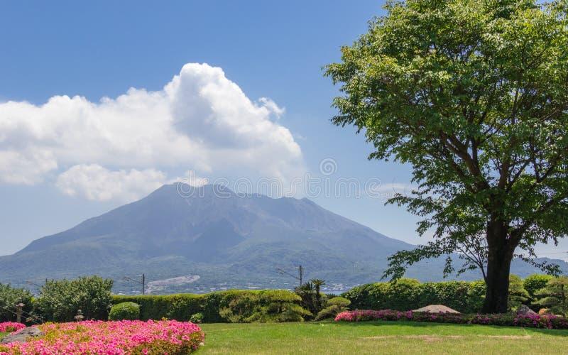 Vulcan que fuma Sakurajima cubierto por paisaje verde Tomado del jardín maravilloso Sengan-en Localizado en Kagoshima, Kyushu, imagen de archivo libre de regalías