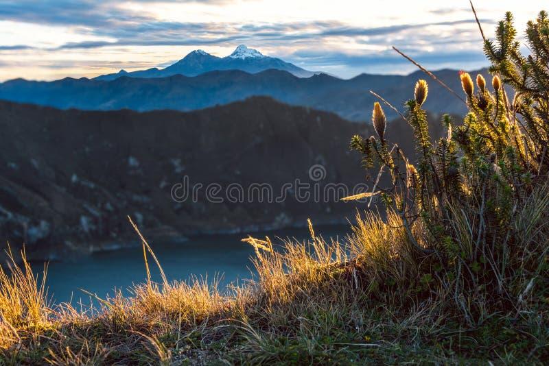 Vulcani di Ilinizas sotto la laguna di Quilotoa, Ecuador immagine stock libera da diritti