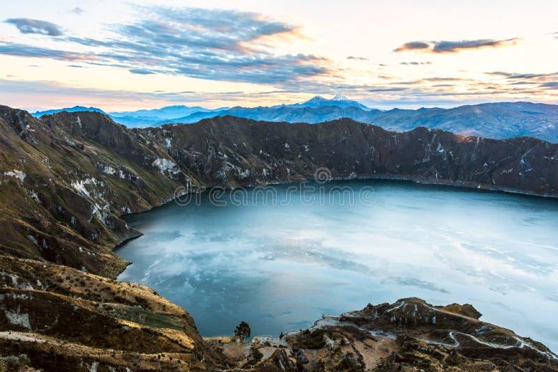 Vulcani di Ilinizas sotto la laguna di Quilotoa, Ecuador fotografia stock