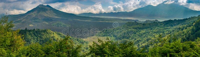 Vulcani di Mt Batur e di Mt Agung immagine stock