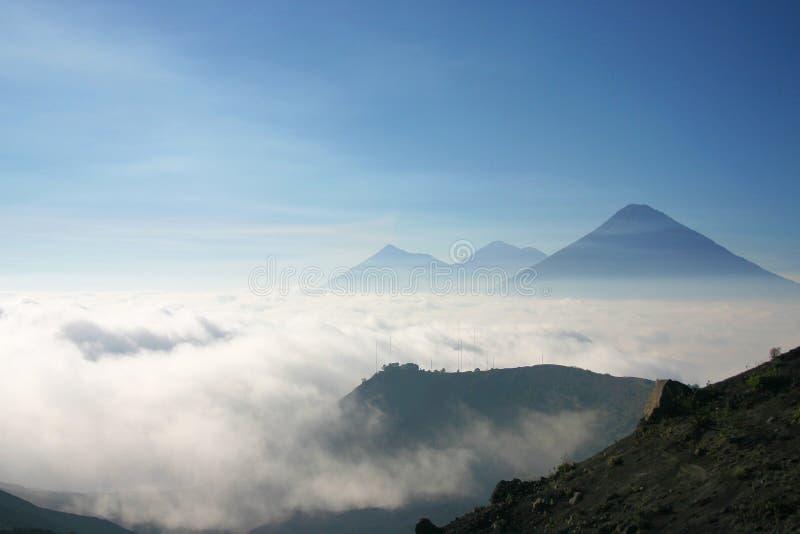 Vulcani sopra un vedere delle nubi fotografia stock libera da diritti