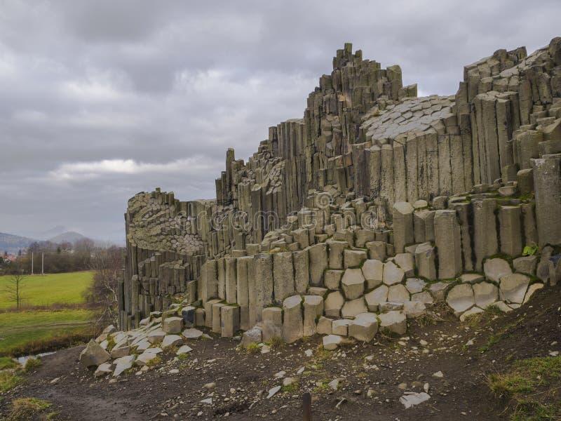 Vulcanic basaltpelarlava vaggar bildandeorganform med lak royaltyfria bilder