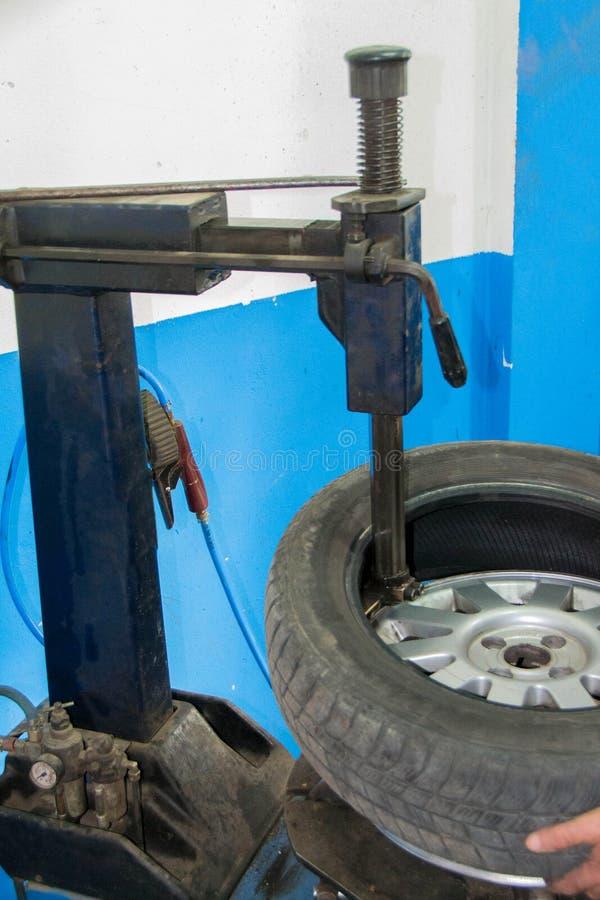 Vulcanizador, cambios los neumáticos en el coche fotos de archivo libres de regalías