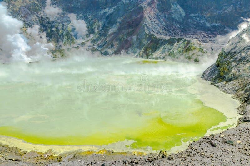 Vulcano attivo all'isola bianca Nuova Zelanda Lago vulcanico crater dello zolfo fotografia stock