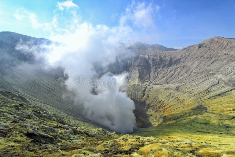 Vulcano attivo di Bromo del cratere in Indonesia fotografia stock